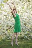 Vorbildliche Frau mit Apple blüht in einem Frühlingsgarten Lizenzfreies Stockfoto