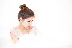 Vorbildliche genießende Badewanne der Badfrau mit Badschaumgummi Stockfotografie