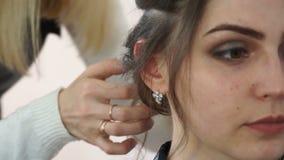 Vorbildliche Nahaufnahme des Gesichtes am Stilisten stock video