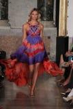 Vorbildliche Natasha Poly geht die Rollbahn an der Emilio Pucci-Show als Teil von Milan Fashion Week Lizenzfreie Stockfotografie