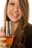 Vorbildliche Porträtnahaufnahme der Frau, die etwas Weinlächeln trinkt Lizenzfreie Stockfotos