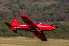 Vorbildliche Remote Plane Flying-Nahaufnahme Stockbilder