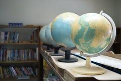 Vorbildliche Simulation der Kugel des selektiven Fokus mit Bücherregalhintergrund Stockbilder