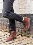 Vorbildliche tragende dünne Hose und braune Stiefel lizenzfreie stockbilder