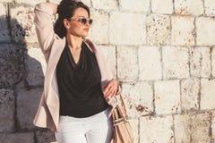 Vorbildliche tragende Mode der Plusgröße kleidet in der Stadtstraße Stockfotografie