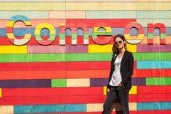 Vorbildliche tragende Sonnenbrille des Hippies, die in der Front steht lizenzfreies stockbild