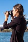 Vorbildliche tragende Sonnenbrille, die Foto mit einem Reflex macht lizenzfreies stockbild