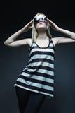 Vorbildliche tragende Sonnenbrille, die im Studio aufwirft Stockfotografie