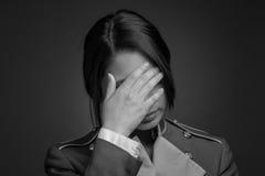 Vorbildliche versteckende Gesichtsschande Lizenzfreies Stockbild