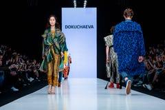 Vorbildliche Wegrollbahn für Brücke ANASTASIAS DOKUCHAEVA an Fall-Winter 2017-2018 bei Mercedes-Benz Fashion Week Russia Stockfoto