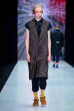 Vorbildliche Wegrollbahn für Brücke ARTEM SHUMOV an Fall-Winter 2017-2018 bei Mercedes-Benz Fashion Week Russia Männer ` s Mode Stockfotografie