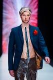 Vorbildliche Wegrollbahn für Brücke ARTEM SHUMOV an Fall-Winter 2017-2018 bei Mercedes-Benz Fashion Week Russia Männer ` s Mode Stockbilder