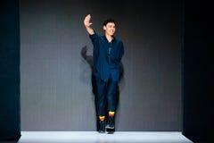 Vorbildliche Wegrollbahn für Brücke ARTEM SHUMOV an Fall-Winter 2017-2018 bei Mercedes-Benz Fashion Week Russia Männer ` s Mode Lizenzfreie Stockfotografie