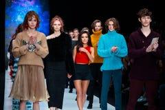 Vorbildliche Wegrollbahn für Brücke DARIA DASHINA an Fall-Winter 2017-2018 bei Mercedes-Benz Fashion Week Russia Lizenzfreies Stockfoto