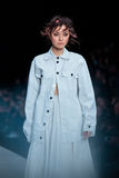 Vorbildliche Wegrollbahn für Brücke DARIA DASHINA an Fall-Winter 2017-2018 bei Mercedes-Benz Fashion Week Russia Lizenzfreie Stockfotos