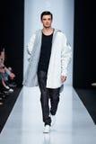 Vorbildliche Wegrollbahn für Brücke DESIGNER-NIKOLAY LEGENDA an Fall-Winter 2017-2018 bei Mercedes-Benz Fashion Week Russia Männe Stockfotos