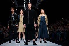 Vorbildliche Wegrollbahn für Brücke VADIM MERLIS an Fall-Winter 2017-2018 bei Mercedes-Benz Fashion Week Russia Stockbild