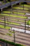 Vorbildliche Zugschienen nahe bei dem Bahnhof Lizenzfreie Stockbilder