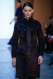 Vorbildlicher Amanda Murphy-Weg die Rollbahn bei Derek Lam Fashion Show während MBFW-Falles 2015 Lizenzfreies Stockfoto