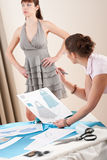 Vorbildlicher Beschlag durch weiblichen Modedesigner Lizenzfreie Stockfotografie