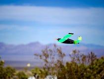 Vorbildlicher flacher nehmender Flug Stockfoto