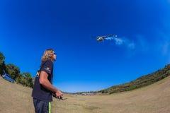 Vorbildlicher Flying Helicopter Remote-Mann Stockfotos