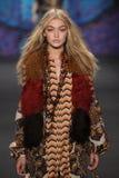 Vorbildlicher Gigi Hadid geht die Rollbahn an der Anna Sui-Modeschau während MBFW-Falles 2015 Lizenzfreies Stockbild