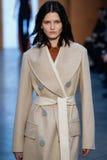 Vorbildlicher Katlin Aas-Weg die Rollbahn bei Derek Lam Fashion Show während MBFW-Falles 2015 Lizenzfreies Stockfoto