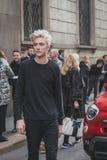 Vorbildlicher Lucky Blue Smith wirft äußeres Cavalli-Modeschaugebäude für Milan Mens Mode-Woche 2015 auf Lizenzfreie Stockfotos