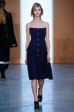 Vorbildlicher Sasha Luss-Weg die Rollbahn bei Derek Lam Fashion Show während MBFW-Falles 2015 Lizenzfreies Stockfoto