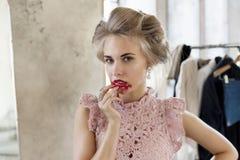 Vorbildlicher schmierender Lippenstift auf Gesicht Lizenzfreie Stockfotografie