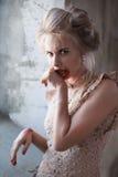 Vorbildlicher schmierender Lippenstift auf Gesicht Lizenzfreie Stockfotos