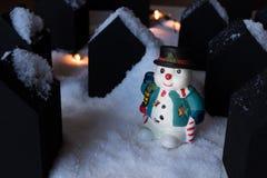 Vorbildlicher Schneemann in einer kleinen Stadt Lizenzfreie Stockbilder
