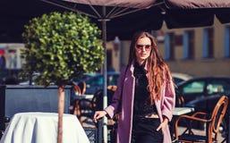 Vorbildlicher tragender modischer Mantel und Sonnenbrille lizenzfreie stockfotos