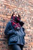 Vorbildlicher tragender Schal und barbour Artjacke, lizenzfreie stockfotografie