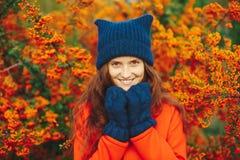 Vorbildlicher tragender stilvoller Winter Beaniehut und -handschuhe Stockfotografie