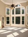 Vorbildliches Ausgangsluxuxwohnzimmer gewölbte Fenster-Wand Lizenzfreie Stockfotografie