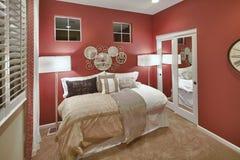 Vorbildliches Ausgangsschlafzimmer - Rot u. Weiß stockbild