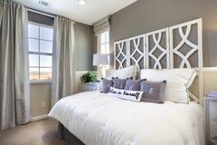 Vorbildliches Ausgangsschlafzimmer - Taupe u. Weiß Stockbild