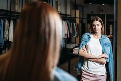Vorbildliches brunette Mädchen in der stilvollen Kleidung, werfend im Bekleidungsgeschäft, eine neue Tendenz von Kleidung auf Fah lizenzfreie stockfotografie
