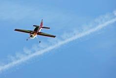 Vorbildliches Flugzeugflugwesen im blauen Himmel Lizenzfreie Stockfotografie