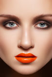 Vorbildliches Gesicht der Nahaufnahme mit Art und Weiseverfassung, Lippenglanz Stockbild
