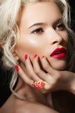 Vorbildliches Gesicht, Lippen richten her, Maniküre- u. Schmucksachering stockfoto