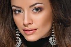 Vorbildliches Gesicht, Lippenmake-up, Ohrring lizenzfreie stockfotos