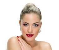 Vorbildliches Gesicht, Lippenmake-up, Ohrring lizenzfreie stockbilder
