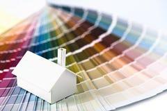 Vorbildliches Haus auf Farbenpalette Stockfotografie