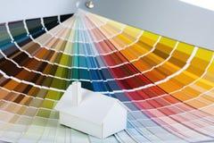 Vorbildliches Haus auf Farbenpalette Lizenzfreies Stockfoto