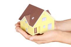 Vorbildliches Haus in der Hand stockbild