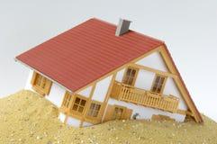 Vorbildliches Haus im Sand stockfotos