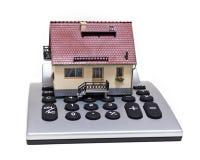 Vorbildliches Haus und Taschenrechner Stockfotos